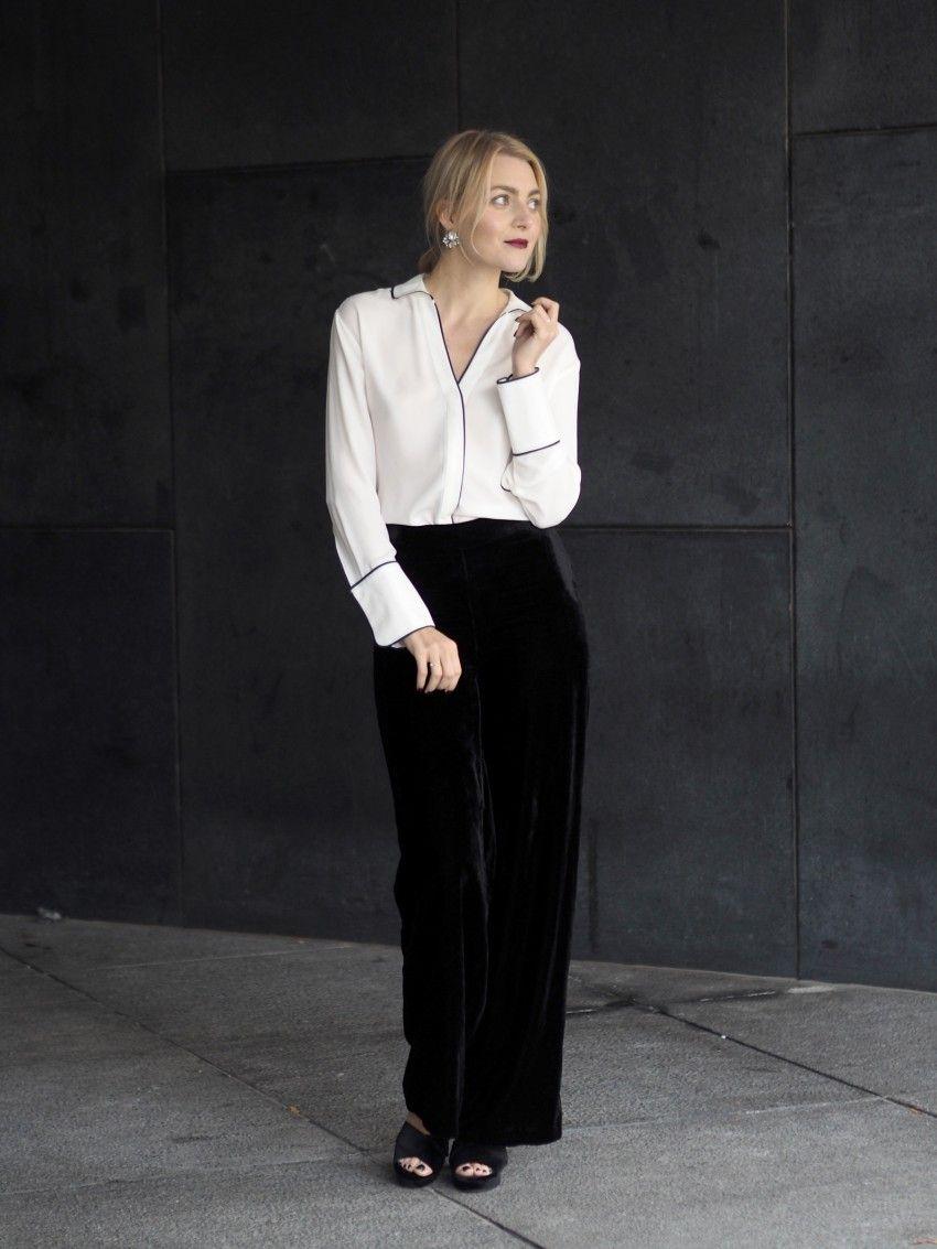Klassinen valkoinen kauluspaita saa hauskaa pientä twistiä  pyjama-vivahteista ja rennot samettihousut näyttävät materiaalinsa ansiosta  juhlavilta. 77db5b6c0a